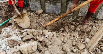 Firmele care transporta moloz pana la groapa de gunoi te scapa de toata mizeria ramasa in casa dupa renovari